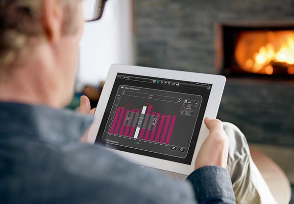 Mann am Tablet steuert Smart Home